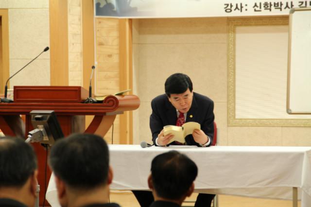 ▲성경을 찾아 대답해주는 김노아 목사