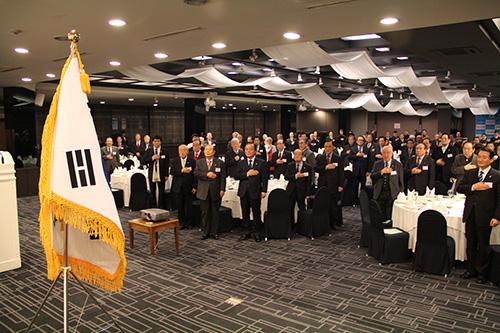 ▲국기에 대하여 경례하는 국가원로회의 회원들 ⓒ성경과이단