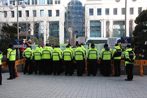 ▲시위하는 은혜로교회 신도들을 경찰들이 막고 있다 ⓒ성경과이단