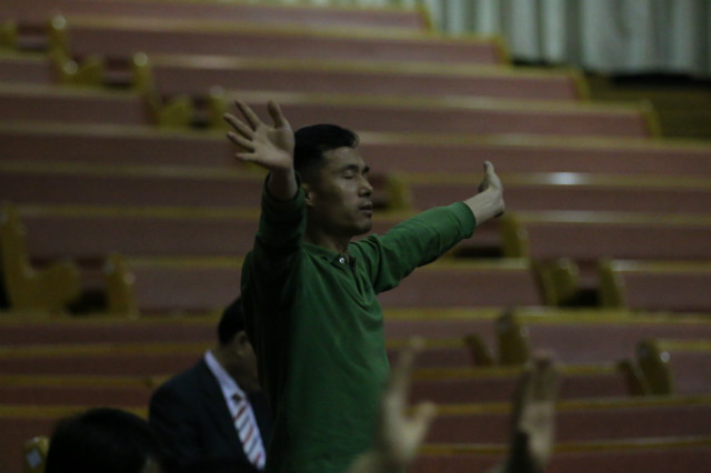 ▲성회에 참석한 한 신자가 두 손을 들어 하나님께 기도하고 있다. ⓒ성경과 이단
