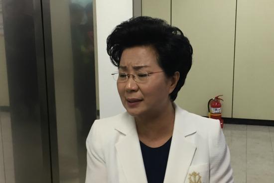 ▲은혜로교회 신옥주 목사가 한교연을 나가면서 기자들의 질문에 답하고 있다.