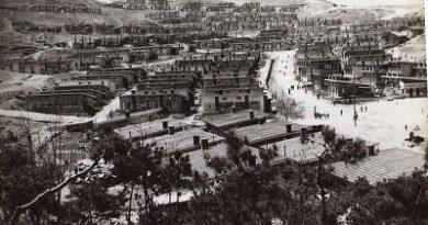 초창기 소사 신앙촌(현, 부천시 소사구 범박동) 모습, 좌측 할미산 정상에 보이는 것이 소사신앙촌교회(오만제단), 그 우측에 돌계단