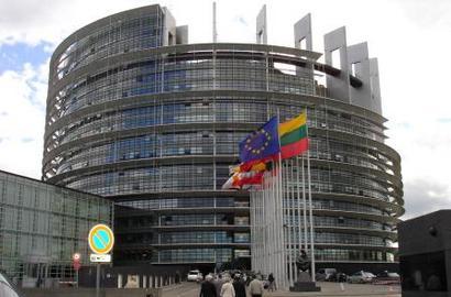 바벨론을 재건하겠다는 유럽연합의 의지를 보여주는 포스터와 바벨탑을 본떠 만든 유럽연합의회 건물