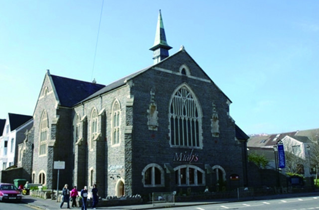 남부 웨일즈스 스완지의 김리교회가 팔려서 이슬람 식당으로 변했다. 종탑 위에 십자가 있던 자리가 선명하다. ⓒFM국제선교회