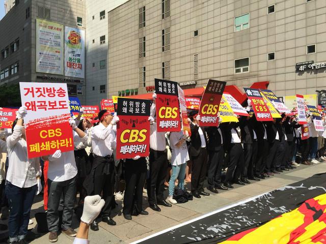 ▲서울 목동 CBS 사옥 앞에 모인 신천지 신자들이 주민들의 통행과 주변 상인들의 상행위를 방해하며 시위를 벌이고 있다. (사진=성경과이단)