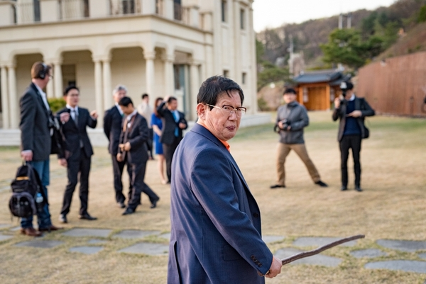 """△Shinchonji founder, Lee Man-hee gives a personal tour of the grounds at his group's mansion, which his followers call """"the peace palace,"""" to The World's Matthew Bell. The location is in the hills outside of the South Korean capital, Seoul. Credit: Steve Smith"""