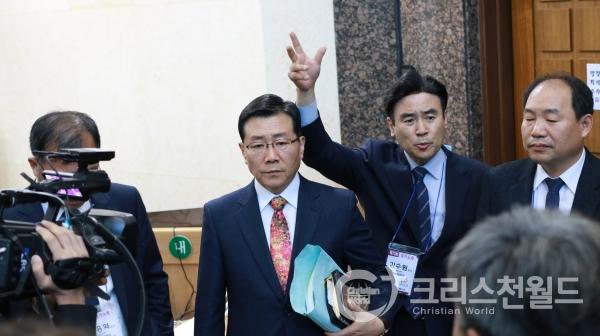 △김수원 목사가(우측 두번째) 노회장의 불법진행을 비판하고 있다.