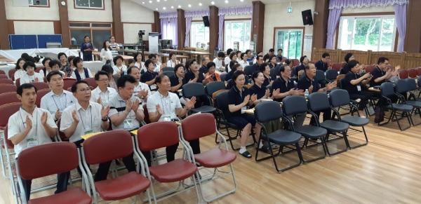 △지기총 회원 목회자들이 김노아 대표회장의 말씀에 박수와 함께 아멘으로 화답하고 있다.