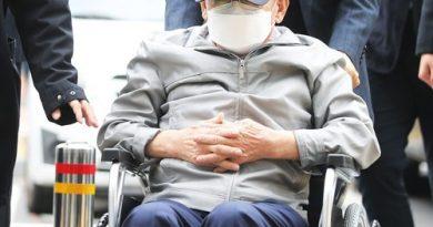 △휠체어를 타고 법원에 들어타고 있는 이만희 총회장(출처-연합뉴스)