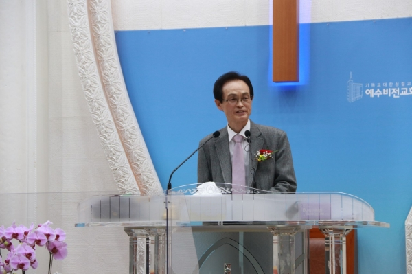 △이억주 목사(한국교회언론회 대표)가 축사를 전하고 있다.