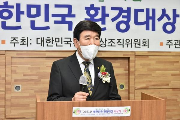 △특별 수상자인 김노아(세계기독교연합기독청 대표) 홍천테마파크 대표가 수상소감을 전하고 있다.